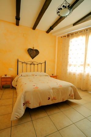 уютная спальня с балками
