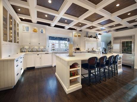 белые балки в интерьере кухни