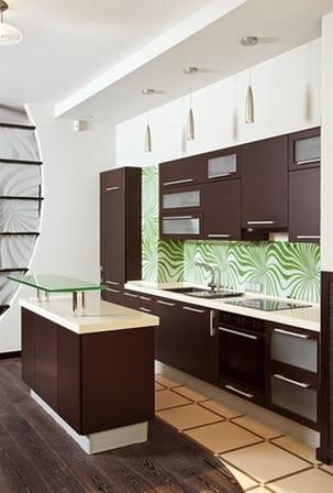 зеленый фартук и коричневая кухня
