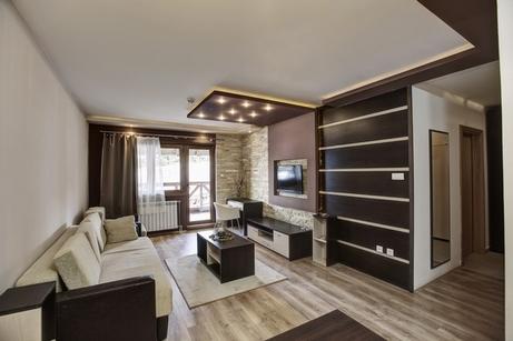 коричневый и белый интерьер гостиной