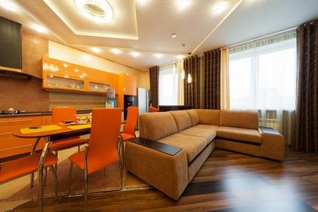 коричневые шторы в оранжевом интерьере