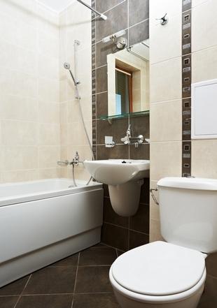 сочетание бежевого и коричневого в ванной