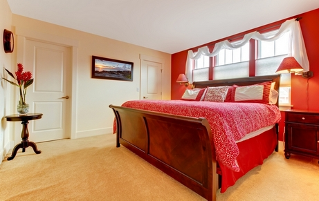 сочетание бежевого с красным в спальне