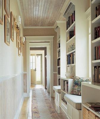 стеллажи с книгами в коридоре