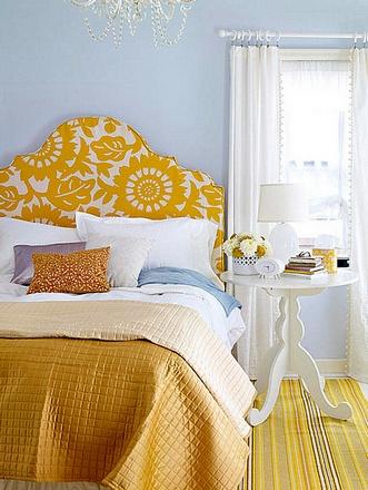 сочетание желтого и голубого в спальне