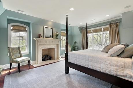 классическая спальня в голубом цвете
