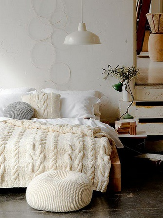вязаный пуфик в спальне