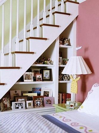 стеллаж под лестницей