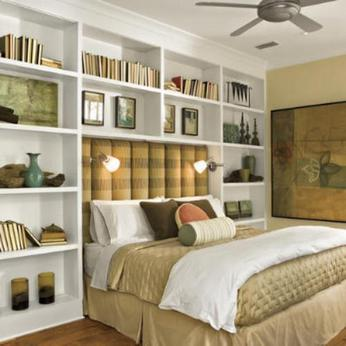 стеллаж в спальне