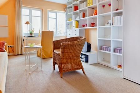 белый стеллаж в интерьере гостиной