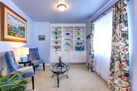 белый стеллаж в голубой комнате