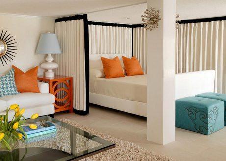 бирюзовые и оранжевые акценты в белой спальне