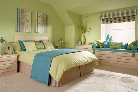 зеленая спальня с голубыми акцентами
