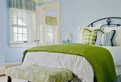 голубая спальня с зелеными акцентами