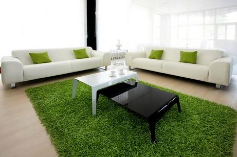 зеленые подушки и ковер