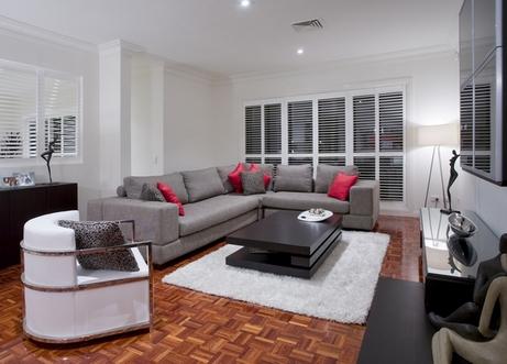 яркие диванные подушки в нейтральном интерьере