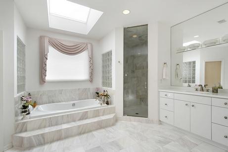 как создать интерьер ванной в белом цвете