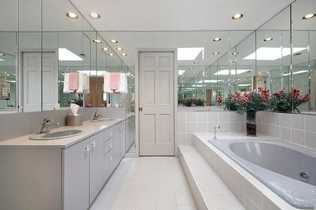 светлая ванная с зеркалами