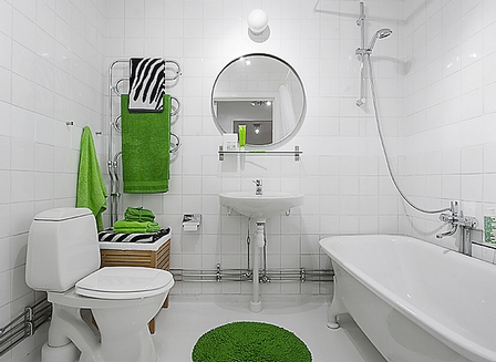 цветные акценты в белой ванной