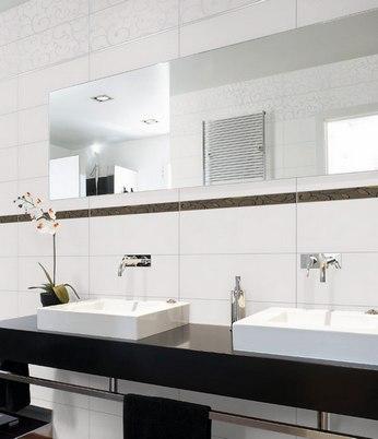 Ванна в белом цвете с мозаикой