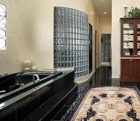 Стена из стеклоблоков в интерьере ванной