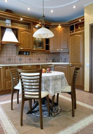 стол в центре кухни