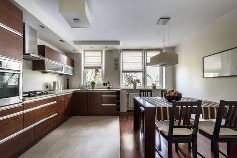 комбинирование плитки и ламината в кухне