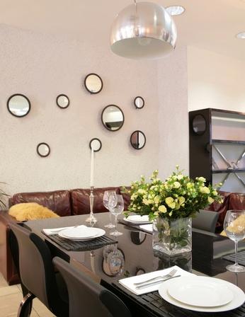 украшение стены круглыми зеркалами