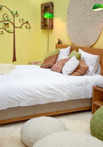 декор кровати подушками