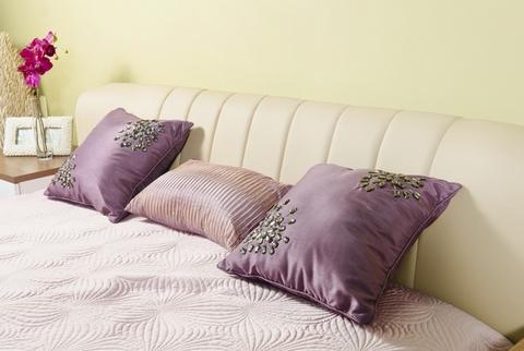 красивые подушки в спальне