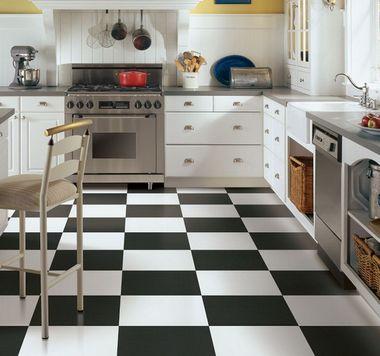 черно-белые полы в ретро кухне