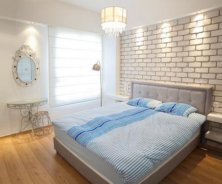 акцентная кирпичная стена в интерьере спальни