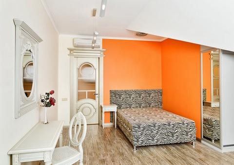 оранжевая стена в нейтральной спальне