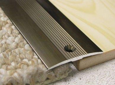 стык деревянного пола и ковролина: металлический порожек