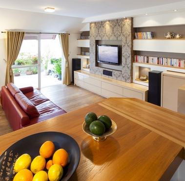 красный диван в элегантной гостиной