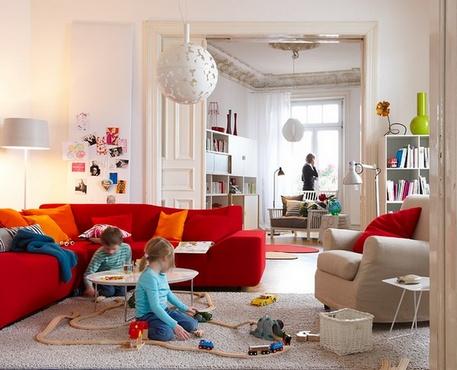 красный диван в интерьере квартиры