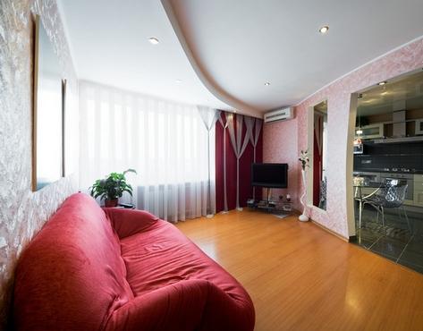красный диван в монохромном интерьере