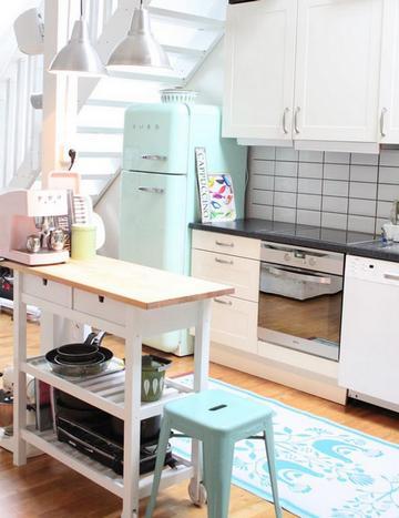 белая кухня с мятными акцентами