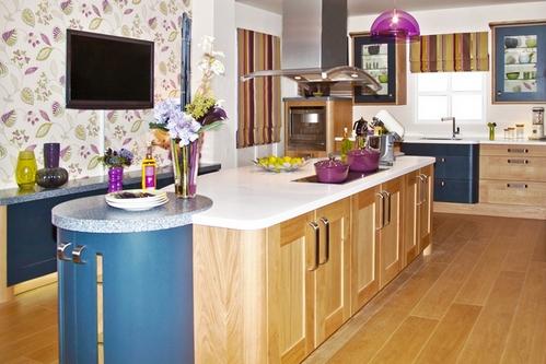 кухня в цвете дерева и синем
