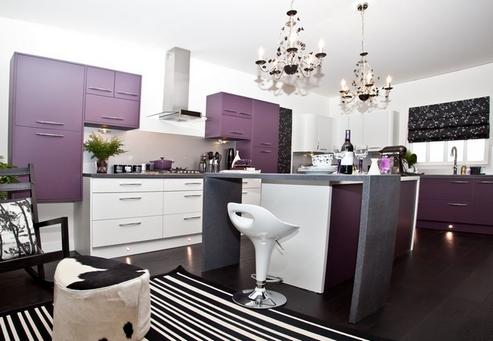 сочетание белого и фиолетового в кухонном гарнитуре