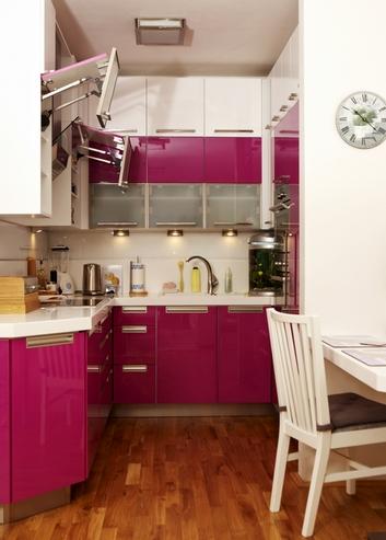 белый и малиновый в кухне
