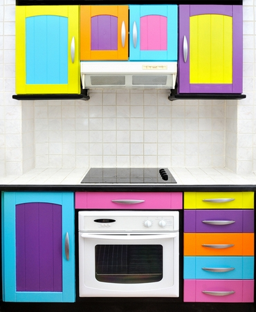 разноцветный кухонный гарнитур в стиле винтаж