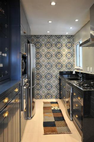 узкая черная кухня