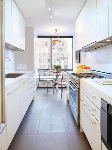 узкая длинная кухня с параллельной планировкой мебели