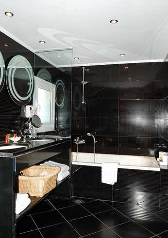 классический потолок в черно-белой ванной