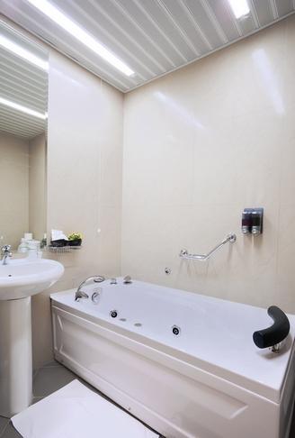 Какой потолок для ванной выбрать Домфронт