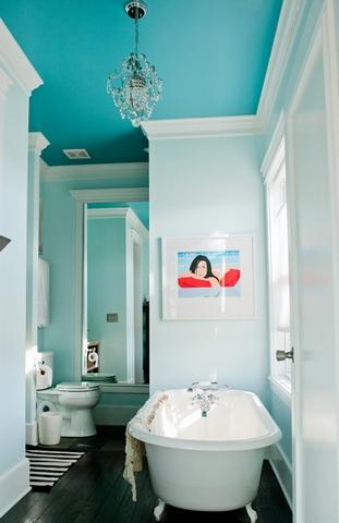 голубой потолок в ванной комнате