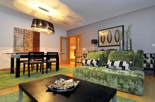 роскошная гостиная в европейском стиле с природными мотивами