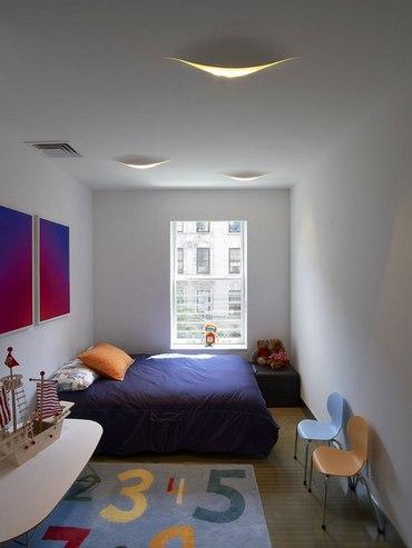как поставить кровать в узкой спальне