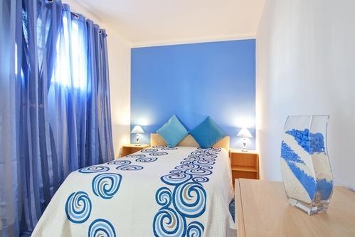 бело-голубая узкая спальня
